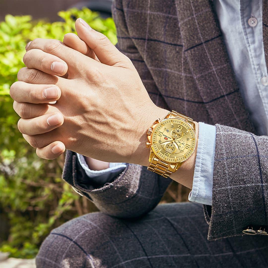 Homem na moda usando relógio luxuoso