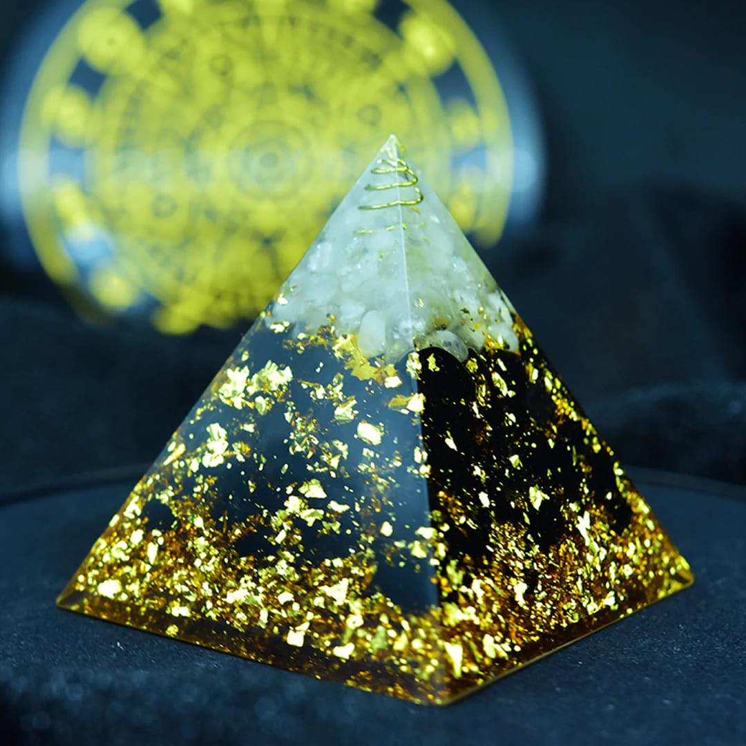 pirâmide em obsidiana negra